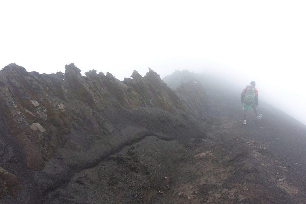 Nebel versperrt die Sicht in den Krater.
