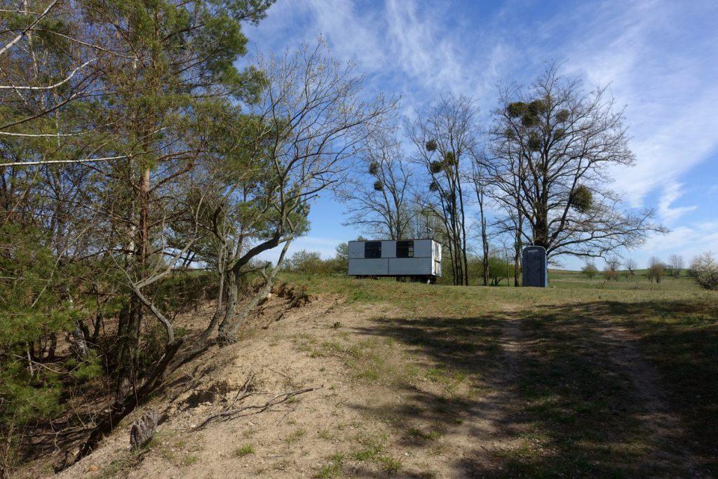 Ein Dixieklo steht in der Landschaft.
