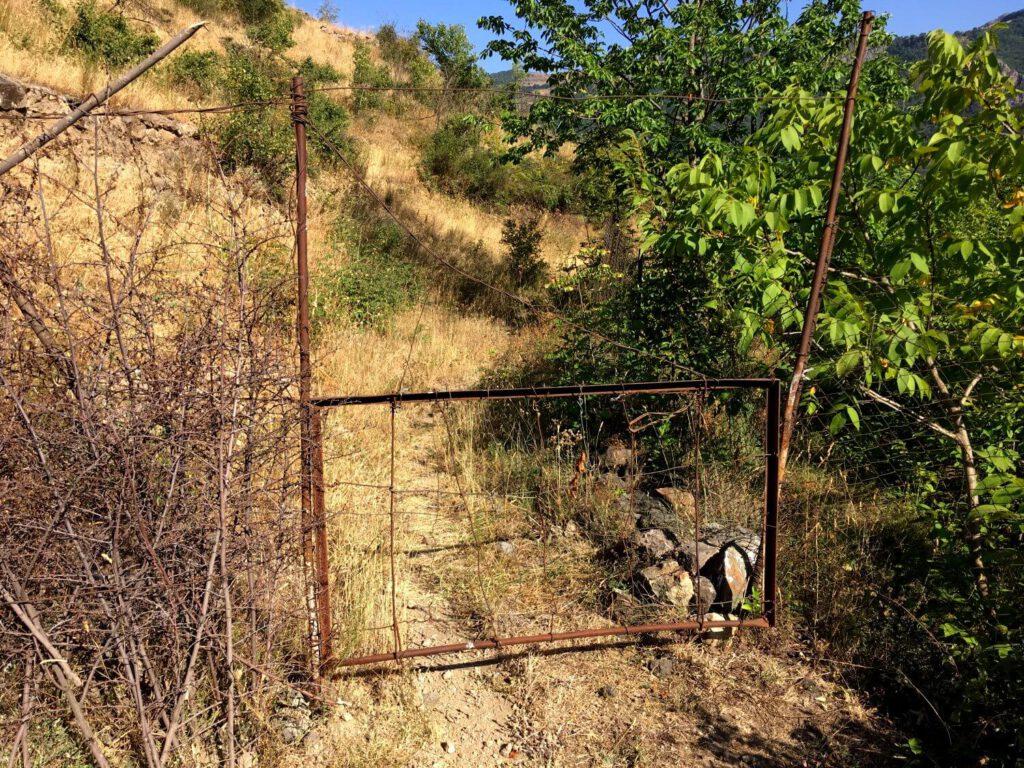 Ein Tor versperrt den Wanderweg in der Vorotan-Schlucht.