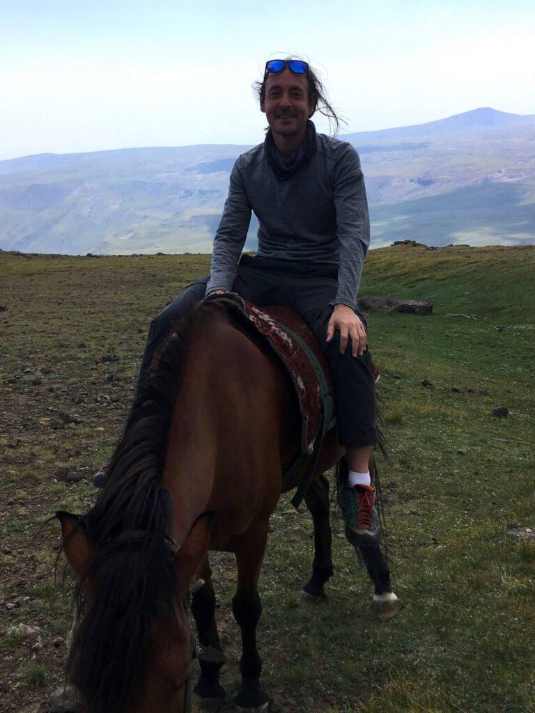 Ich reite auf einem Pferd.