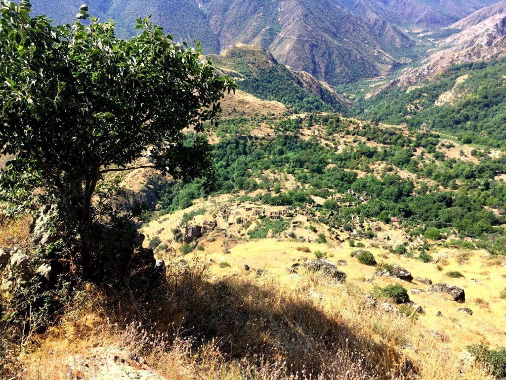 Ausblick auf Hin-Khot vom Rand der Vorotan-Schlucht.