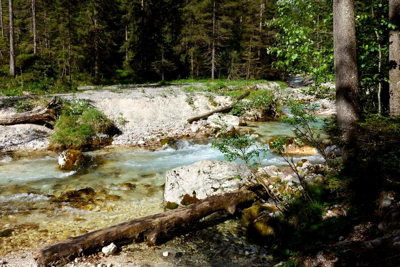 Wanderweg entlang der Partnach im unteren Reintal.