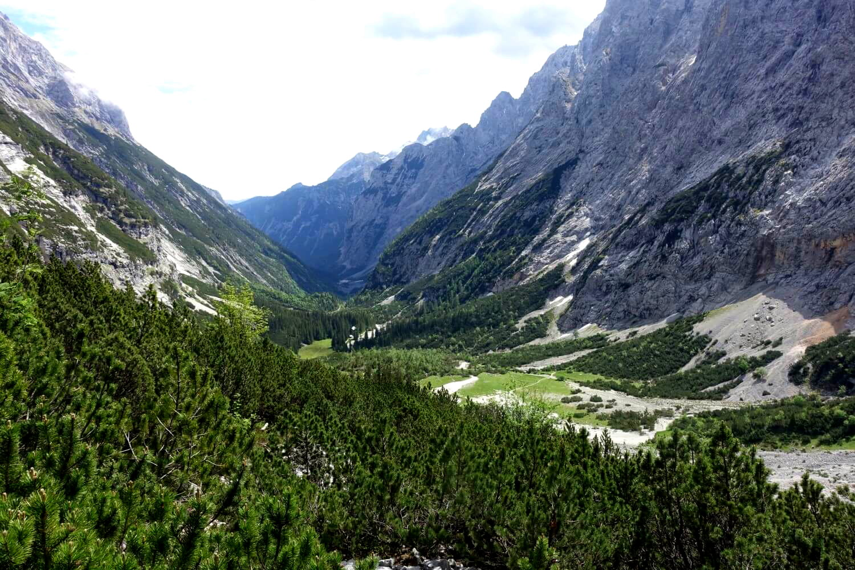 Wandern auf die Zugspitze mit Blick ins Reintal.