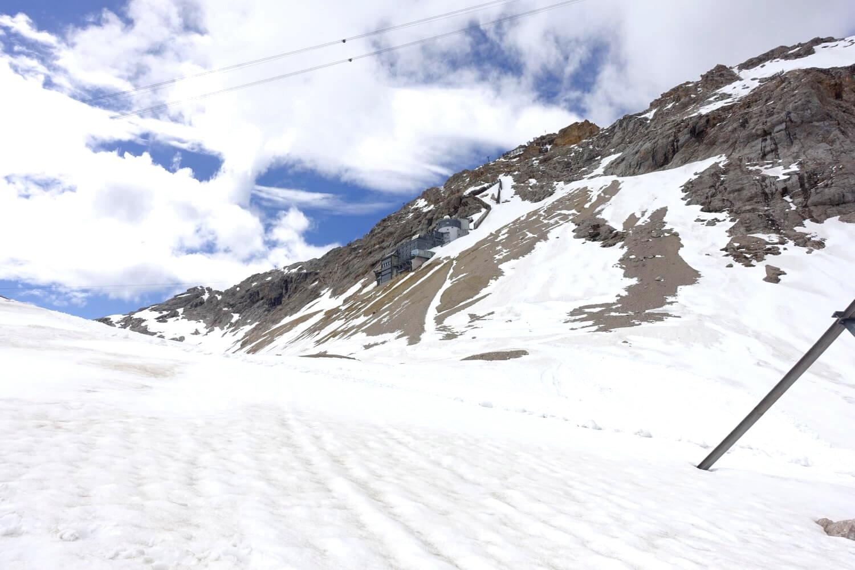 Der Weg an der Gipfelflanke der Zugspitze.