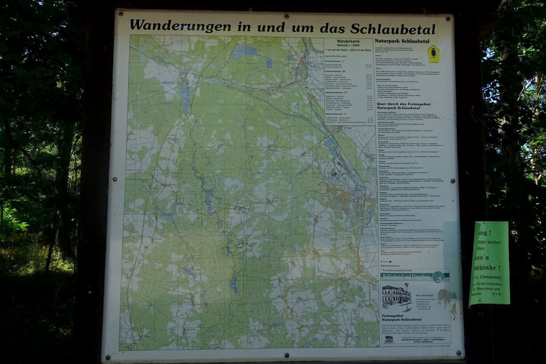 Tafel mit der Übersicht der Wanderwege im Schlaubetal.