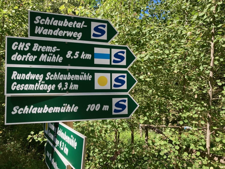 Schild mit den Wanderwegen im Schlaubetal.
