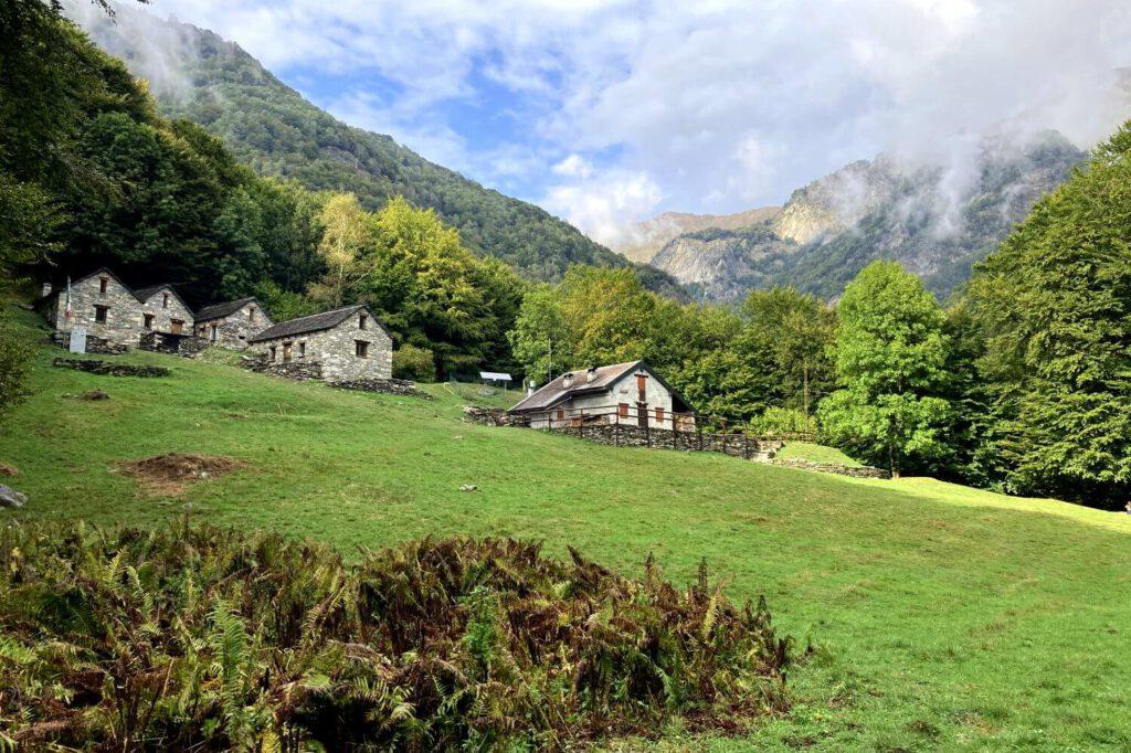 Blick über In La Piana im Zentrum des Val Grande Nationalparks.