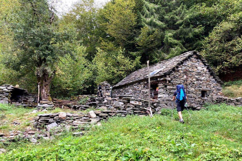 Trekking im Val Grande zu verlassener Alpe.