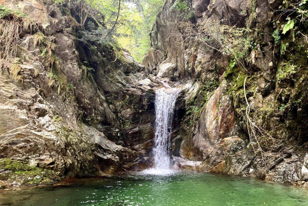 Wanderung zu einem versteckten Wasserfall im Val Gabbio.