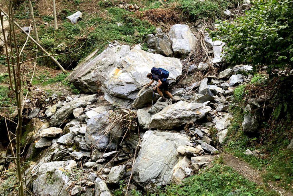 Durch einen Felstsurz blockierter Weg im Val Grande.