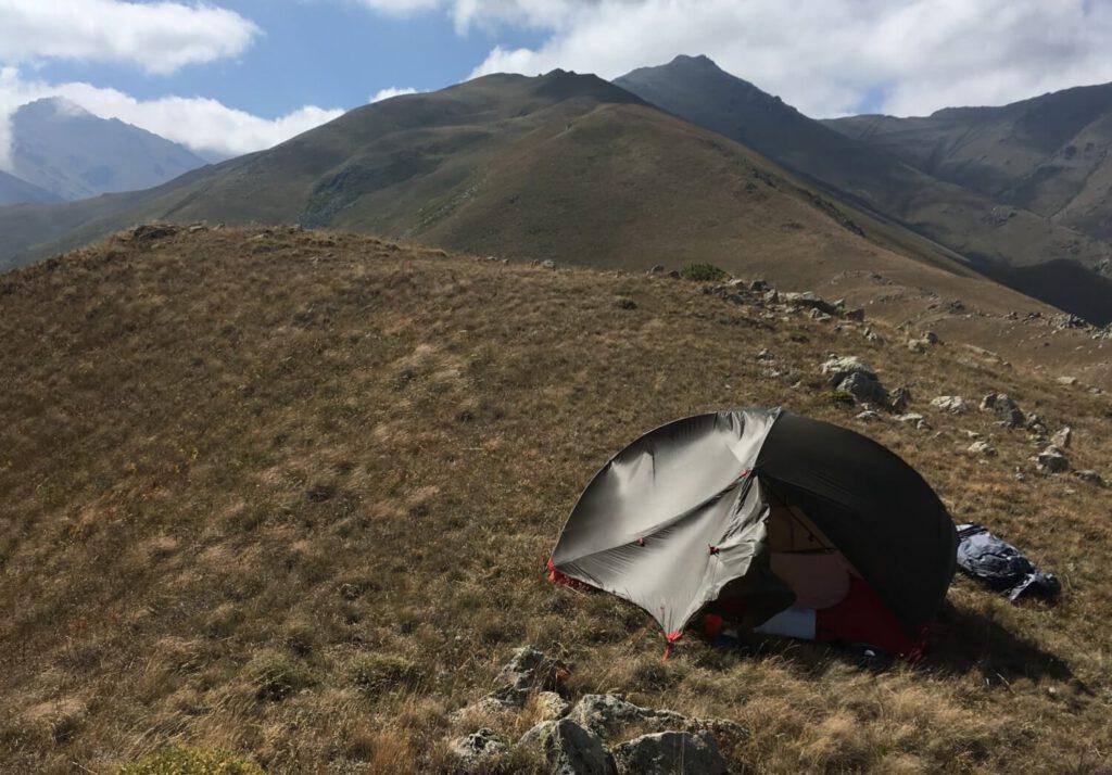 Hubba Hubba Zelt in den Bergen und bei starkem Wind in Armenien.