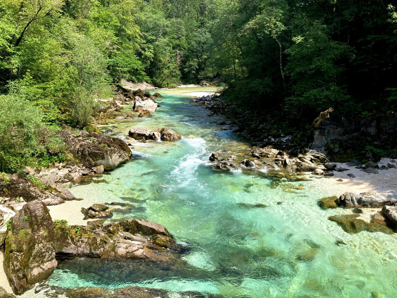 Blick auf das smaragdgrüne Wasser der Soča.