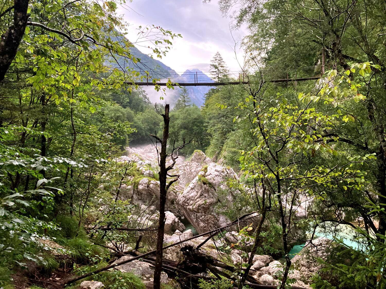 Hängebrücke auf dem Soča-Trail.