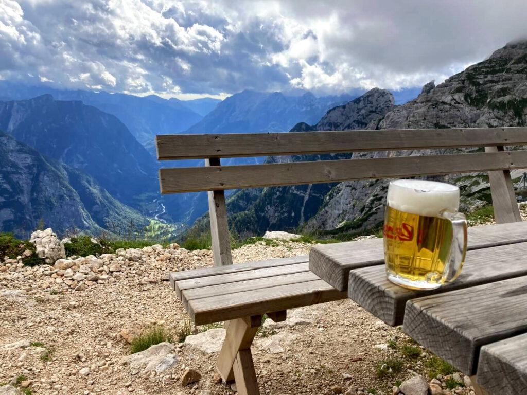 Pause an einer Berghütte in den Julischen Alpen.