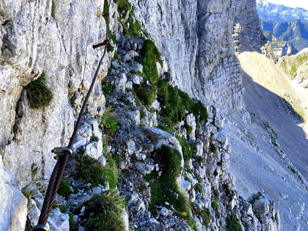 Abschüssiges Felsband auf dem Weg zum Bovški Gamsovec.