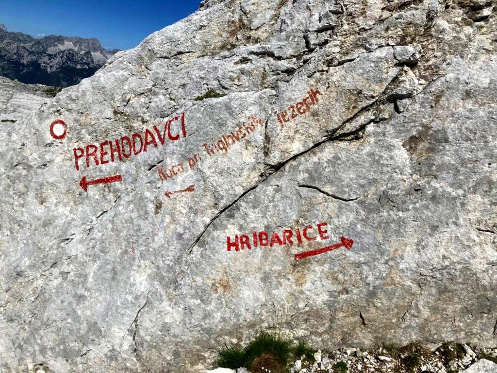 Wegmarkierungen für Bergsteiger und Wanderer an einer Felswand im Triglav-Nationalpark.