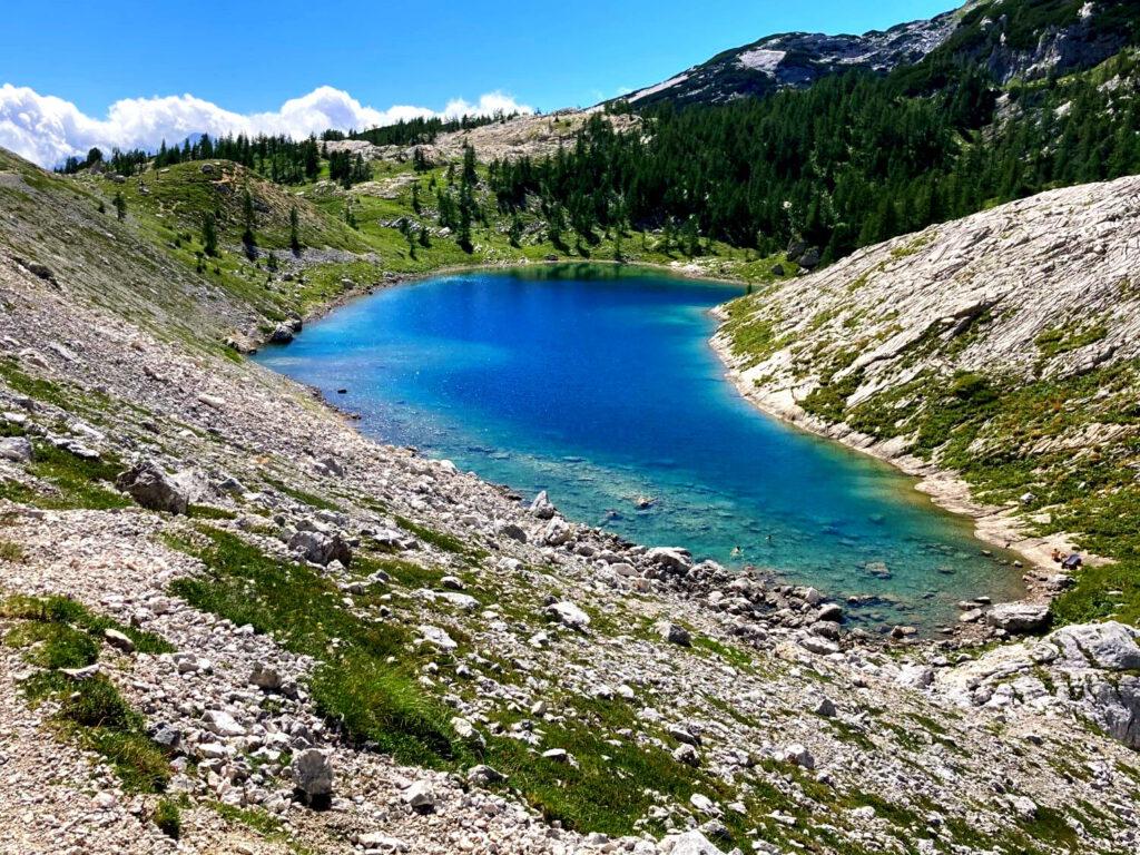 Der See Jezero v Ledvicah im Tal der Sieben Seen im Triglav-Nationalpark.