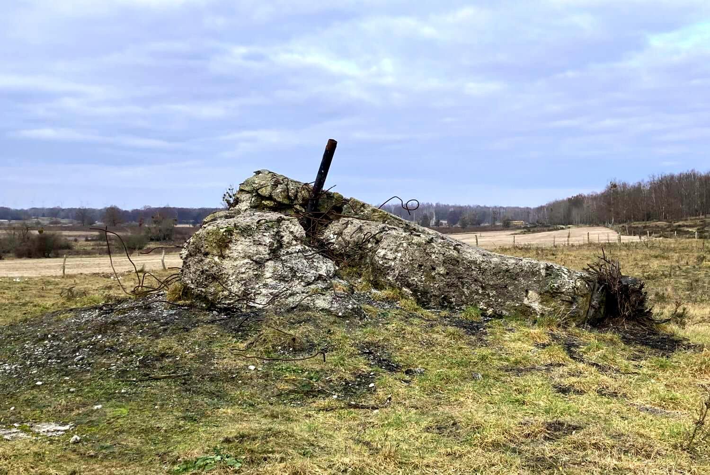 Zerstörter Bunker am Wegesrand.