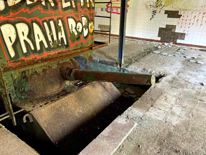 Boiler oder Panzer in der Geisterstadt.