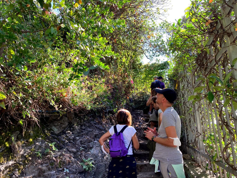 Touristen auf Wanderweg in Cinque Terre.