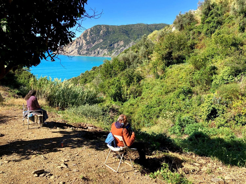Einwohner am Rande des Wanderwegs in Cinque Terre Ligurien.