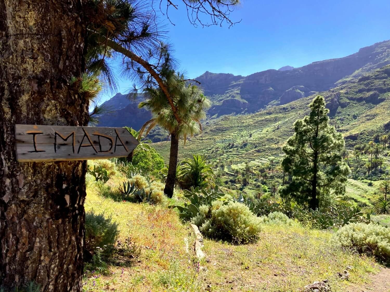 Wegweiser für Wanderer im Barranco de Benchijigua.