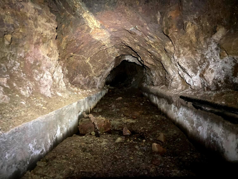 Wandern durch den Tunnel von El Cedro.