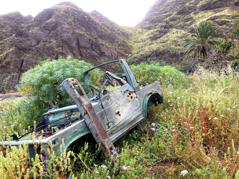 Verschrottetes Auto im Majona-Nationalpark in La Gomera.