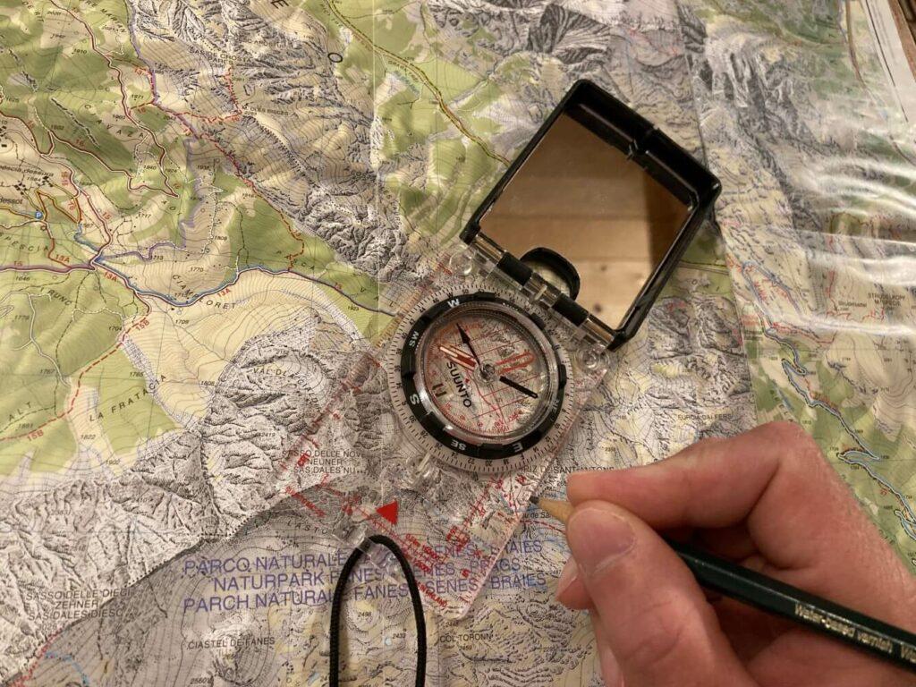 Vorbereitung einer ultraleichten Trekkingtour mit Karte und Kompass.