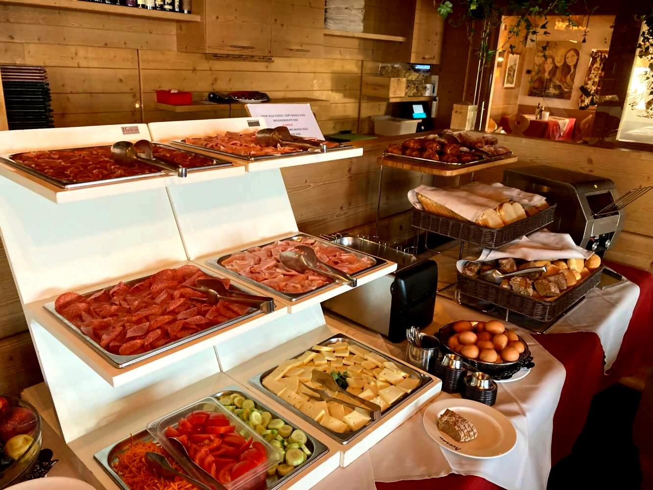 Frühstücksbuffet im Rifugio Averau.