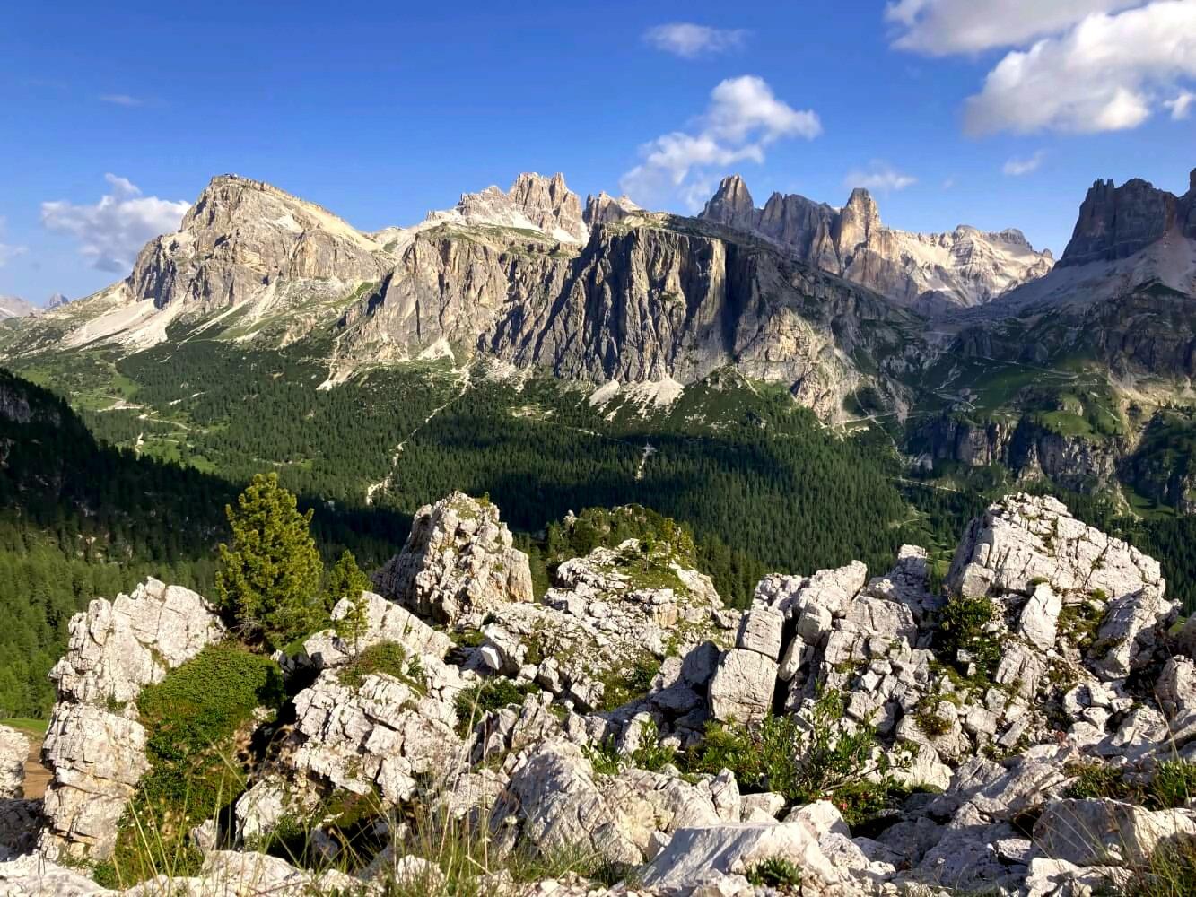 Blick auf den Lagazuoi von den Cinque Torri auf dem Dolomiten-Höhenweg 1.