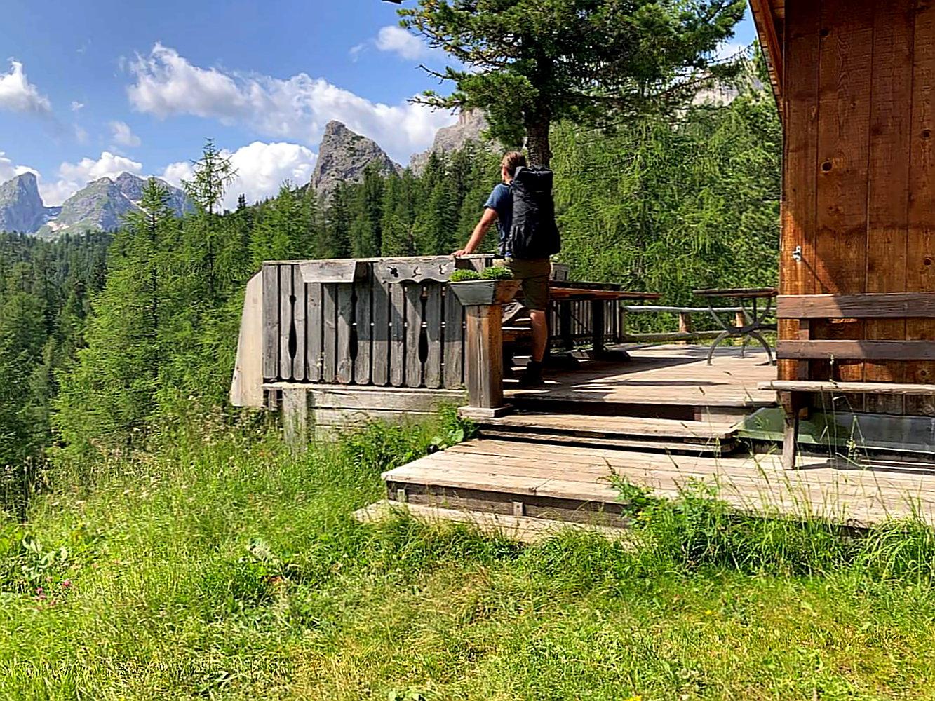 Kurze Pause beim Wandern in den Dolomiten.